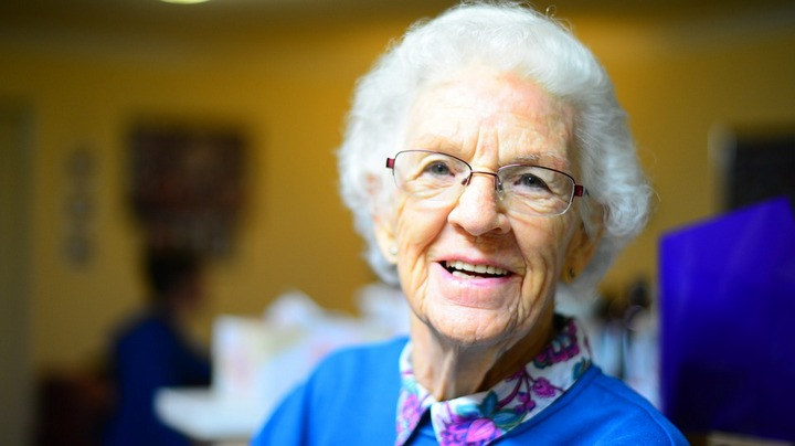 бабушка с плохим зрением